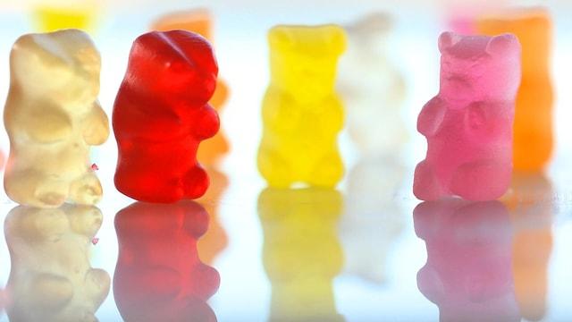 Des oursons en gelée sur un comptoir lumineux.