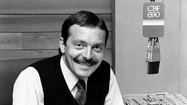 Dans un studio de radio, à son bureau derrière le micro de CBF 690, l'animateur Michel Désautels.