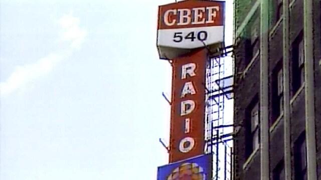 L'ancienne affiche de CBEF au centre-ville de Windsor.