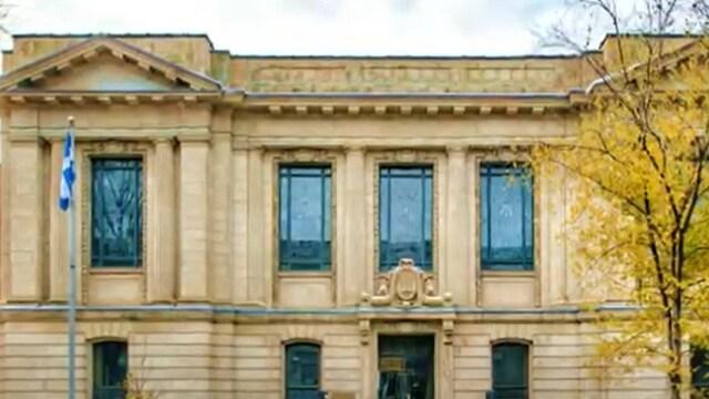 L'édifice de la bibliothèque Saint-Sulpice sur la rue Saint-Denis à Montréal