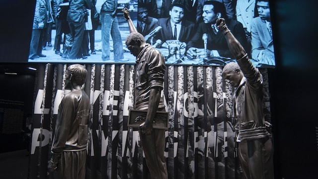 Des statues des athlètes Tommie Smith et John Carlos, qui ont levé leur poing au ciel sur le podium aux Jeux olympiques de Mexico, en 1968, pour protester contre la situation des Afro-Américains.