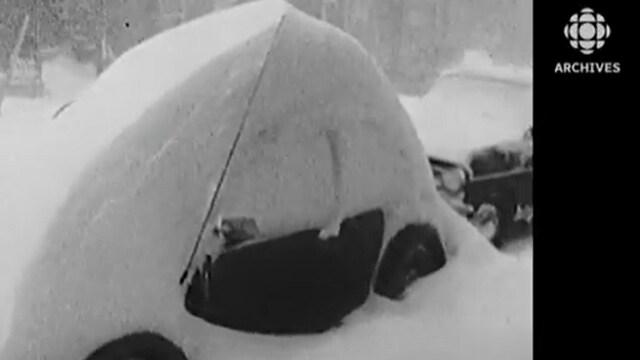 Une voiture ensevelie sous a neige lors de la tempête du 3 au 5 mars 1971