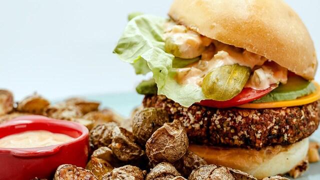 Galettes végétaliennes aux haricots et aux pois chiches avec en accompagnement, des pommes de terre rôties aux épices à steak de Montréal et d'une sauce McOrsini.