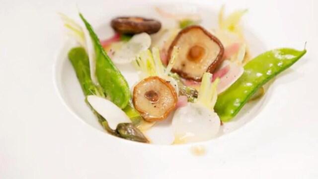 Une assiette remplie de légumes du jardin (asperge, pois mange-tout, shiitake).