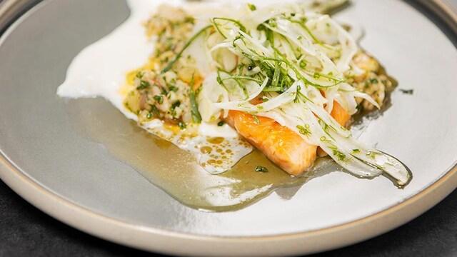 Une recette d'omble chevalier confit, yogourt, salade de fenouil et condiment crevettes, daikon et herbes.