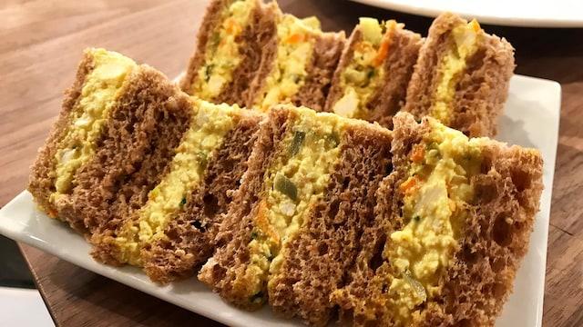 Un sandwich à la salade de tofu
