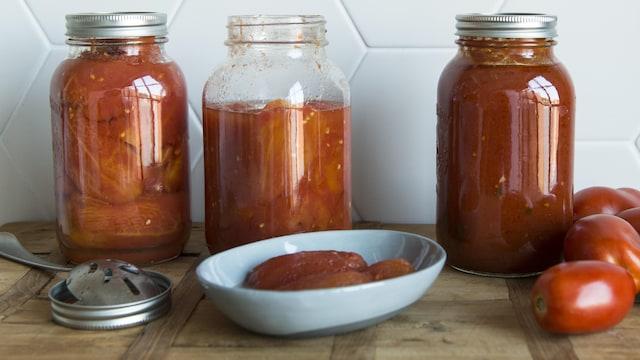 Sauce tomate et tomates entières dans des pots Masson.