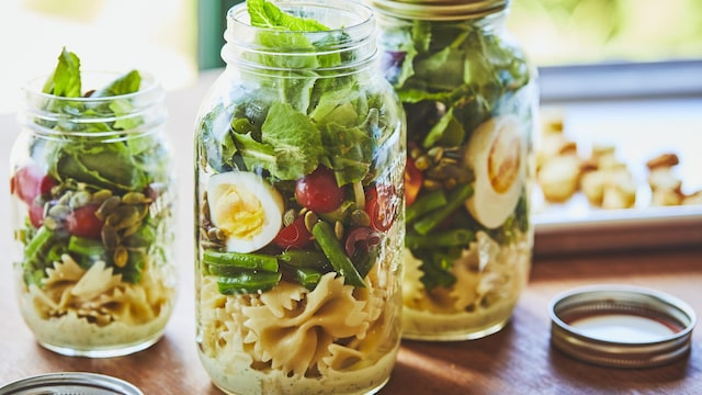 Pot Mason avec une salade.