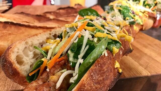 Le sandwich est garni de salade de chou et de moutarde