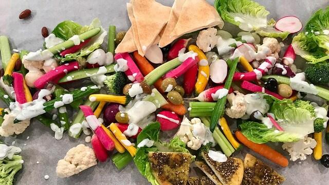 Concombre, céleri, carottes, laitue, brocoli et olives nappés de trempette