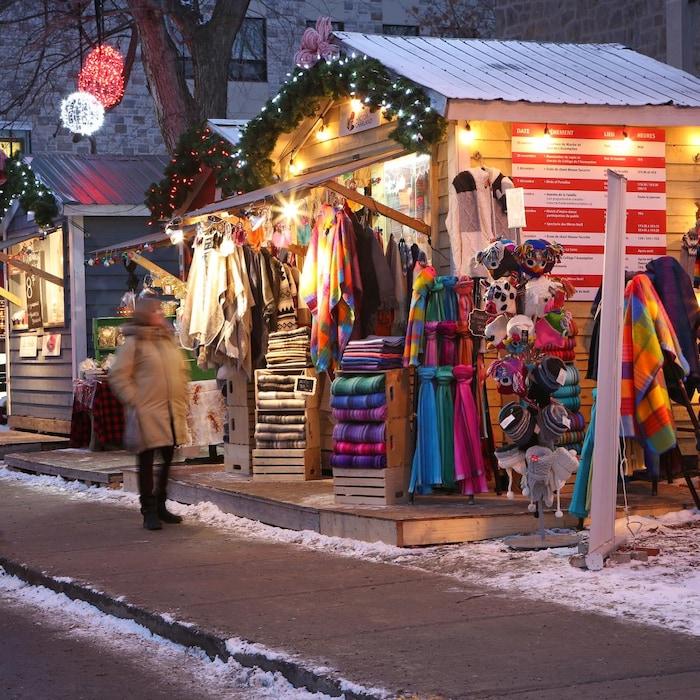 Kiosque de vêtement éclairé au Marché de l'Assomption.
