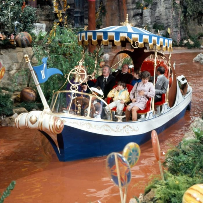 Une photo d'une séquence du film Charlie et la chocolaterie (1971): les visiteurs de l'usine de Willy Wonka font une visite de l'établissement en bateau, sur la rivière de chocolat.