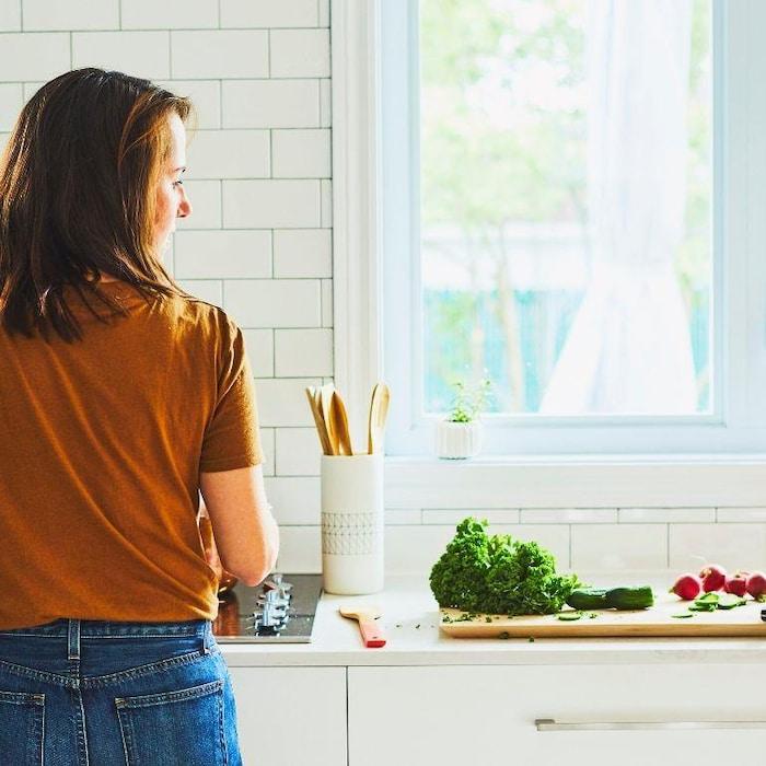 Geneviève O'Gleman fait revenir des aliments sur une plaque chauffante.