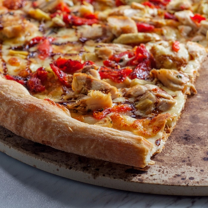 Une pizza cuite sur une pierre.