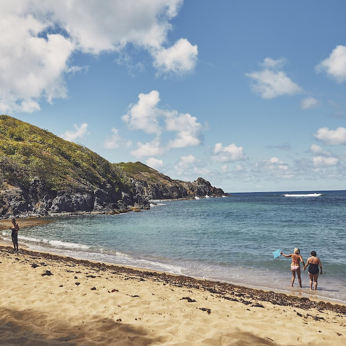 Une plage de Martinique avec quelques baigneurs.