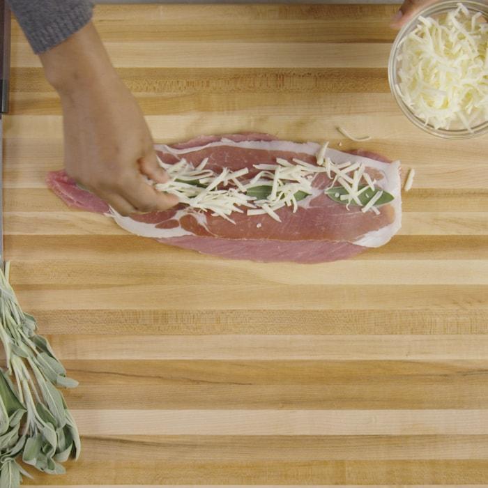 Une personne farci un filet de porc.