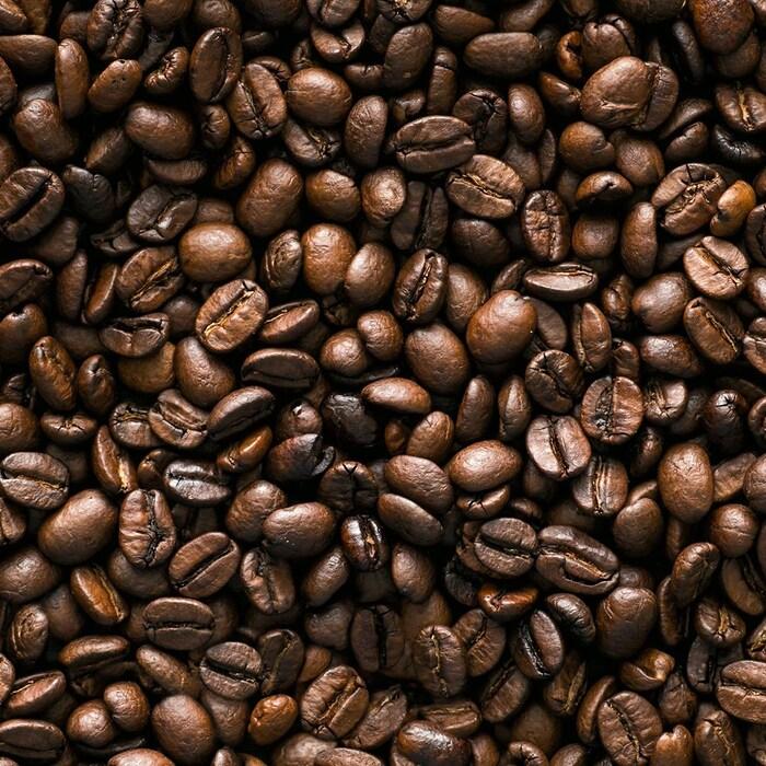 Des grains de café bruns et torréfiés.