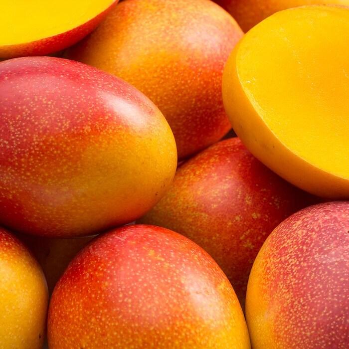 Des mangues oranges fraîches.
