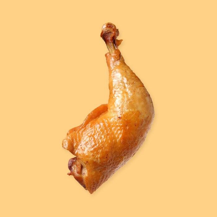 Une cuisse de poulet cuite.