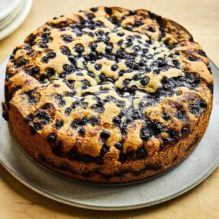 Un gâteau aux bleuets dans une assiette.