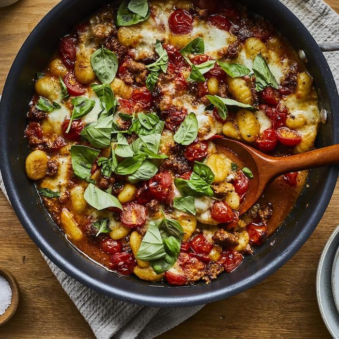 Gnocchis aux tomates et à la saucisse italienne dans une poêle.