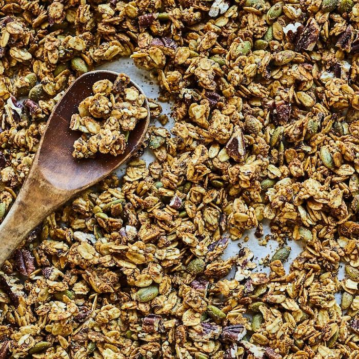 Une plaque remplit de granola à l'érable.
