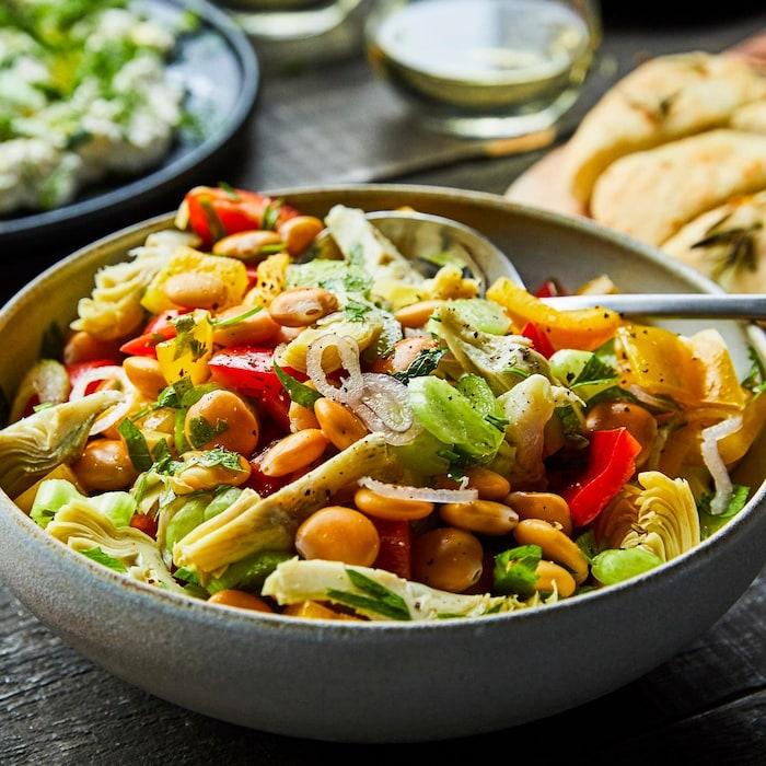 Une salade de lupins et artichauts dans un bol gris.