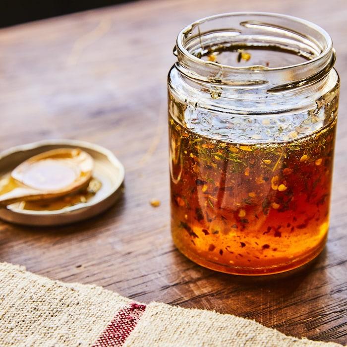 La recette de miel épicé dans un pot en verre.