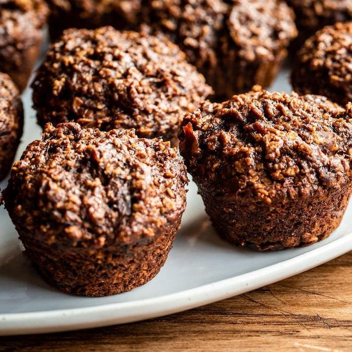 Plusieurs muffins choco-dattes dans une assiette.