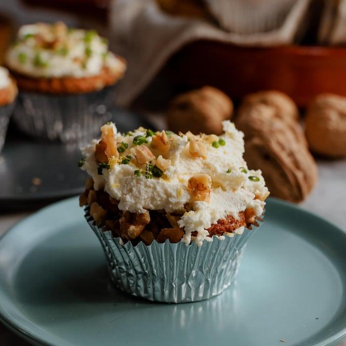 Un muffin tartiné de glaçage servi dans une assiette.