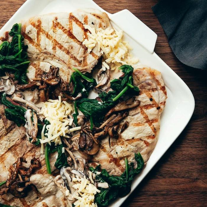 Des côtelettes de porc gratinées avec des champignons et des épinards.