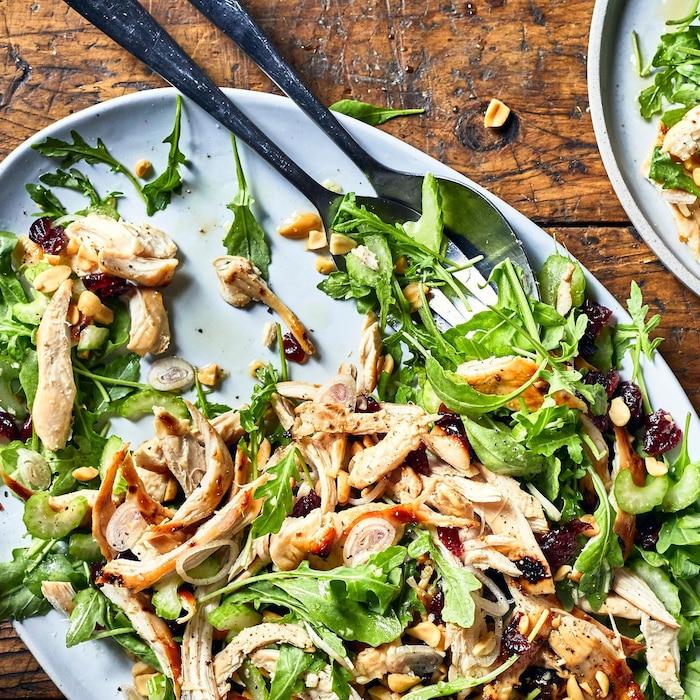Salade de roquette au poulet et aux canneberges dans une assiette.