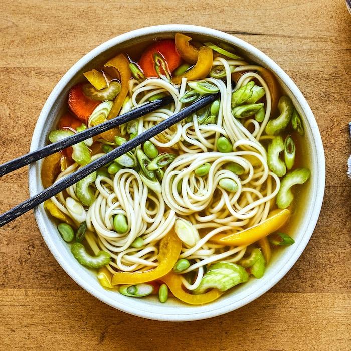 Soupe asiatique aux légumes et au miso dans un bol.