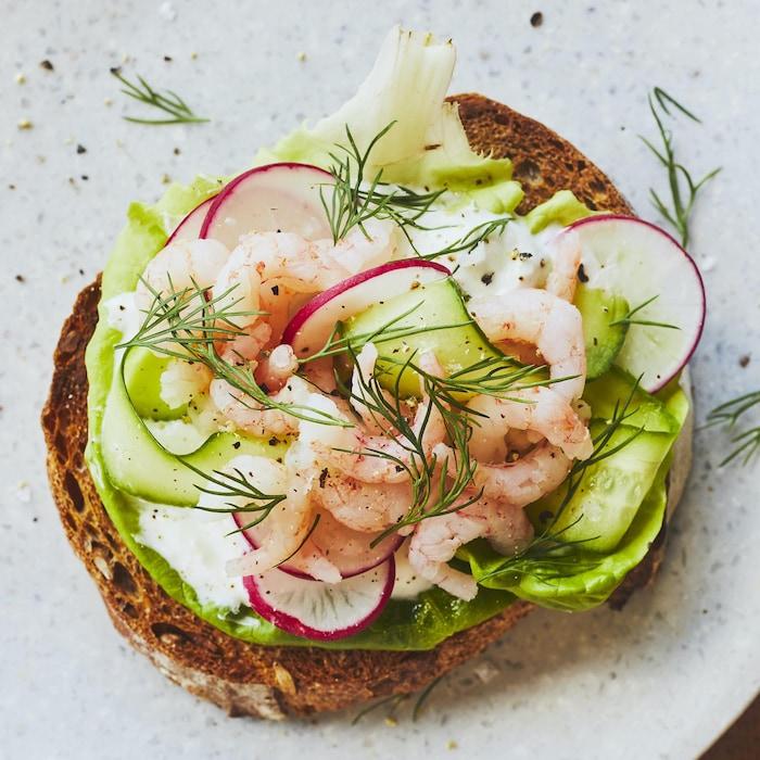 Toasts aux crevettes nordiques et à l'aneth dans une assiette.