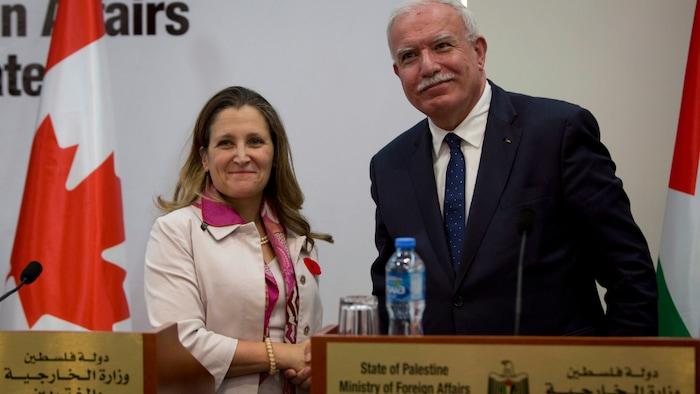 مصافحة بين وزيرة الخارجية الكندية كريستيان فريلاند ووزير الخارجية الفلسطيني رياض المالكي.