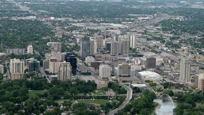 منظر من الجوّ لمدينة لندن في مقاطعة أونتاريو، ونرى فيها أبنية وأشجاراً وطرقات.