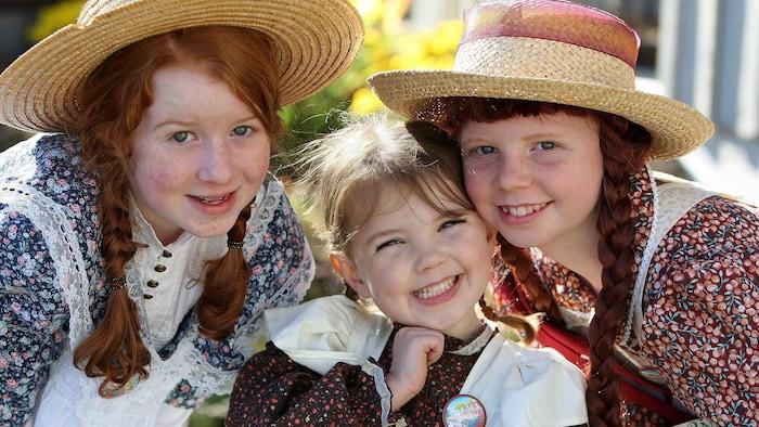 فتيات يرتدين ثيابا فولكلوريّة وقبّعات.