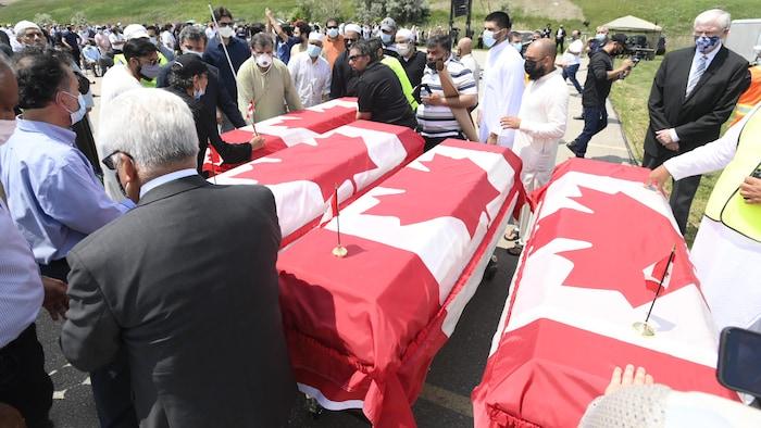 2021年6月12日,安大略省伦敦市为Afzaal一家四口举行葬礼。警方称,袭击者开着卡车将正在散步的一家人撞死,而且,袭击是有预谋的,他们因为穆斯林身份而受到攻击。
