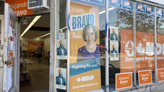 Le local de campagne de la candidate du Nouveau parti démocratique, Alejandra Bravo, dans le quartier Davenport du centre-ville de Toronto.