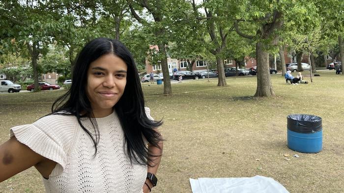 امرأة في حديقة عامة.