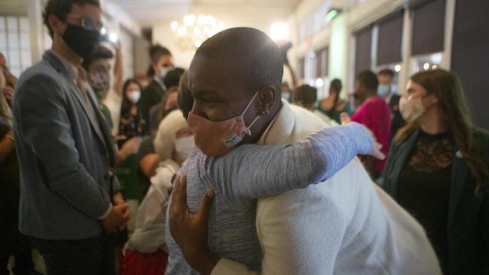 Annamie Paul fait un câlin à quelqu'un lors de son rassemblement de la soirée électorale.