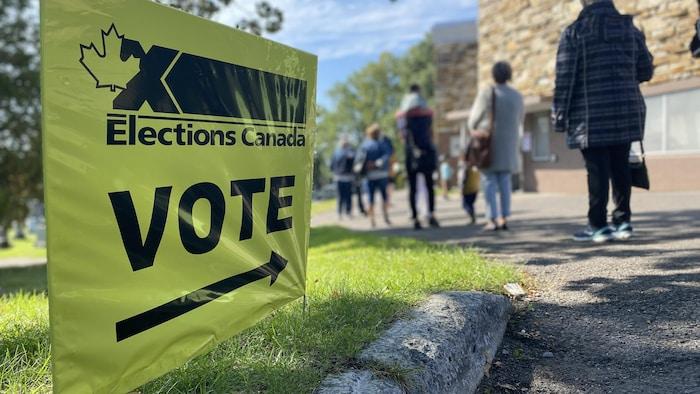 2021年9月20日上午大約10點半:魁北克省的選民在排隊等候進入投票站投票