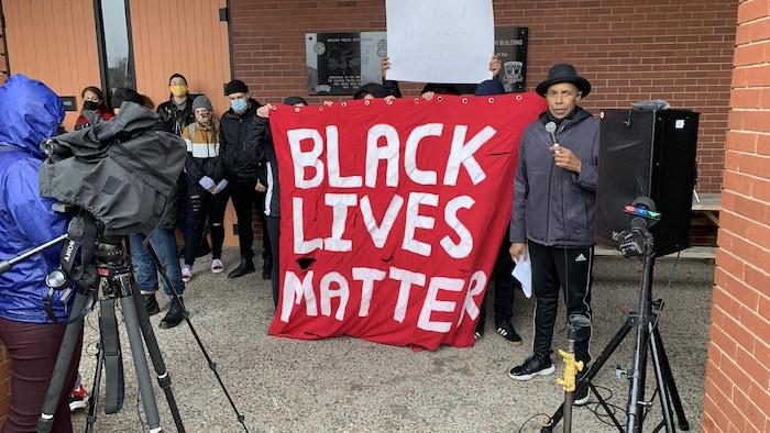 لافتة تحمل شعار حياة السود مهمّة.