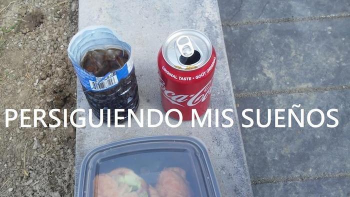 Une canette de liqueur, un verre fait à partir d'une bouteille d'eau en plastique, un contenant avec un sandwich. Une phrase qui dit : Persiguiendo mis sueños (Je poursuis mes rêves).  « J'ai pris cette photo il y a quelque temps, quand il semblait que tout pouvait s'améliorer », nous a dit Carlos en partageant l'image avec RCI.