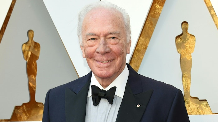 الممثّل الكندي كريستوفر بلامر   و إلى جانبع تمثال جائزة الأوسكار.