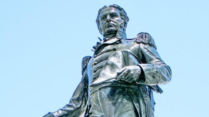 Estatwa ni Lieutenant-Colonel John Graves Simcoe.