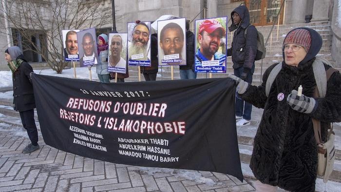 Manifestantes llevan retratos de las víctimas de la masacre en la mezquita de Quebec.