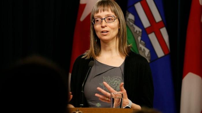 La doctora Deena Hinshaw durante una conferencia de prensa.
