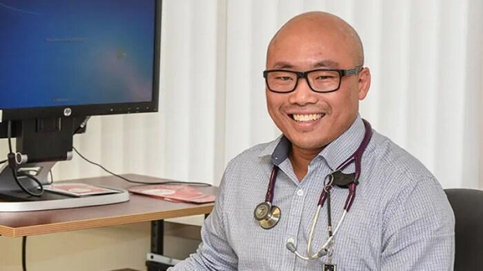Alex Wong, médico especialista en enfermedades infecciosas del Hospital General de Regina.