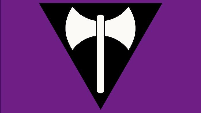 Un drapeau lesbien avec une hachette dans un triangle noir inversé sur fond violet.